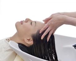 頭皮の乾燥が原因の乾性フケの8つの対処法