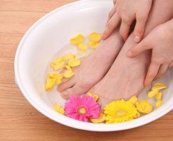 エナメルや合皮素材など、通気性の悪い靴を履くことの多い女性の足。実は強烈なニオイを発している可能性がとても高いです。靴を脱いだ途端、周りから「臭い!」と思われているかも?全身オシャレにきめていても足が臭っては台無しです。洗ってもなかなか改善されない足の臭い、今回こそは徹底的に改善しましょう! 足が洗っても臭い!その原因と徹底的な改善対策 ①足の汗は本来無臭 強い臭いと言えはワキガ。ワキガのニオイはアポクリン腺という腺から出ている特別な汗が原因で起こります。一方、足の汗はエクリン腺という腺から出ている汗で、ほとんどが水分ですから本来は無臭のはずです。しかしそれならどうしてあんなに足は臭くなるのでしょうか? 足の臭いの原因は湿度と雑菌です。靴下や靴など、何かに覆われている時間が長いので湿度が高く雑菌の繁殖をしやすい状態をキープしてしまっています。この雑菌が足の垢である角質をエサに繁殖することで強いニオイを出すのです。 ②対策1.爪切りはこまめに 手の爪に比べて足の爪切りはついおろそかになりがちです。気づいたらかなり伸びていた、なんてことも多いのではないでしょうか。しかし爪が伸びているとそこに靴下の繊維や細かいゴミなどが溜まりやすくなり、爪垢が溜まります。この爪垢はへそのゴマのような強烈なニオイがしますから、爪垢が溜まらないように爪はこまめに切りましょう。 ③対策2.軽石で古い角質を除去 足のかかとがガサガサで、ストッキングを何本もダメにしていませんか?足の裏はなかなか力を入れて洗えないので角質が溜まりやすいです。溜まっていくうちにさらに固くなるので、ヒビが入ったような状態なら軽石を使って強制的に削りましょう。 固いままでは削るのも痛いので、湯船にしっかりつかって柔らかくしてから削ります。そしてお風呂あがりには保湿も忘れずに。削った肌のままでは乾燥してしまいますから、ボディークリームを塗りましょう。頻度は週に1回で充分です。 ④対策3.木酢液で「スペシャル足湯」 木酢液(もくさくえき)は炎症の抑制や殺菌に効果があります。足のケアだけでなく、生ごみの消臭やまな板のお手入れなどにも使えるんですよ。ホームセンターなどで入手できます。この木酢液で「スペシャル足湯」にトライしましょう。 『木酢液足湯の作り方』 ・バケツに40度以上のお湯を7分目くらいまで入れて、コップ1杯の木酢液を混ぜる ・バケツに足を入れて10~15分程度浸せばOK ⑤対策4.脇用制汗剤を足にも 汗を抑え雑菌の繁殖を防ぎ、消臭効果もある制汗剤。これを足にも活用しましょう。スプレータイプでなく、しっかりと肌に塗れるロールオンタイプがおすすめです。脇と同じようにお風呂上がりの清潔な状態で塗れば、かなりの効果が期待できますよ。 ⑥対策5.5本指靴下を履く 見た目がかなりインパクトのある5本指靴下ですが、一度履いたら病みつきになる人が多いアイテムです。指の1本1本が独立しているので蒸れにくく、汗もしっかり吸収してくれるので快適です。湿度が低くなるので雑菌の繁殖が起きにくくニオイを抑えてくれます。 ⑦対策6.同じ靴を毎日履かない 足のケアが出来たら、今度は靴です。靴がジメジメしていては、せっかく足を清潔に保っていても靴を履いたら台無しになってしまいます。 靴の中の湿度を下げるためには、同じ靴を毎日履かないことが大事です。毎日履いてしまうと完全に乾燥する前にまた湿度が上がってしまい、ずっとジメジメした状態となります。これでは雑菌にとって繁殖し放題の天国です。1日履いたら2日休ませるくらいがちょうど良いですよ。 ⑧対策7.夜は新聞紙で除湿 新聞紙は水分を吸収する性質があります。家に帰ったら新聞紙をクシャッとさせて靴に入れましょう。クシャっとさせることで表面積が増えてより湿度を吸収してくれます。これで1日のジメジメをかなり取り除いてくれますよ。 ⑨対策8.10円玉が雑菌に効く 10円玉は銅で出来ていますが、実はこの銅は雑菌を分解する効果があります。この10円玉を靴に何個か入れておくと雑菌の繁殖を抑えてくれますよ。1か所にまとめてではなく、つま先やかかとなど点々と置くと効果的です。 ⑩対策9.100円ショップのシートを活用 靴は洗って乾燥させるのが一番臭いません。しかしオシャレな靴は洗いにくいものが多いですよね。そんな靴は100円ショップの中敷きシートを活用しましょう。臭って来たら新品に交換すればいいので、手軽さも助かります。 最後に お座敷での飲み会や試着室など、靴を脱ぐ機会は意外と多いです。いざという時に慌てないように今回の対策でしっかりケアしてくださいね。 足が洗っても臭い!その原因と徹底的な改善対策 ①足の汗は本来無臭 ②対策1.爪切りはこまめに ③対策2.軽石で古い角質を除去 ④対